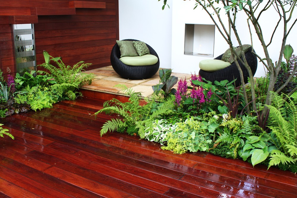 modern-garden-with-wood-flooring